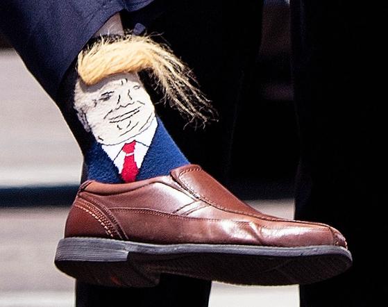 미국 루이지애나 주 지사 빌리 낭게서가 14일 (현지시간) 일명 '트럼프 양말'을 신고 트럼프 대통령을 영접하고 있다. [AP=연합뉴스]
