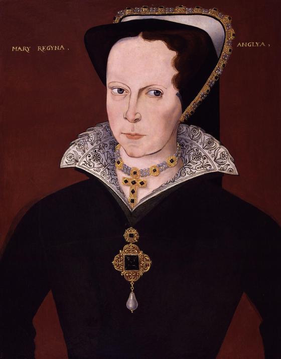 영국 메리 여왕의 초상화. 1554년 그려진 것으로 '라 페르그리나(La Peregrina)'로 알려진 진주가 펜던트로 된 목걸이를 착용하고 있다. 400년 후 여배우 엘리자베스 테일러가 이 진주의 주인이 된다. [사진 위키피디아커먼(퍼블릭 도메인)]