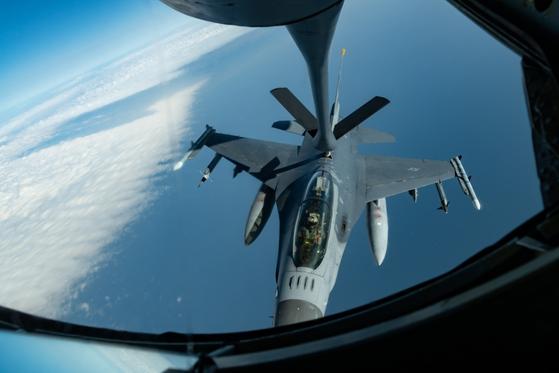 지난 8일 일본 상공에서 진행된 훈련에서 미 공군 F-16CM이 KC-135 스트라토탱커로부터 공중급유를 받고 있다. [사진 미 국방부]