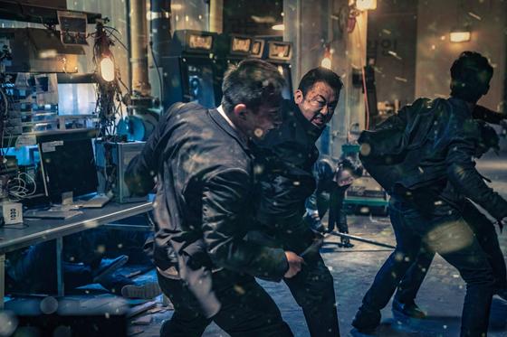 영화 '악인전'에서 장동수(마동석)의 무기는 괴력의 맨주먹. 실제 권투를 해온 마동석이 액션장면에 아이디어를 보탰다. [사진 키위미디어그룹]
