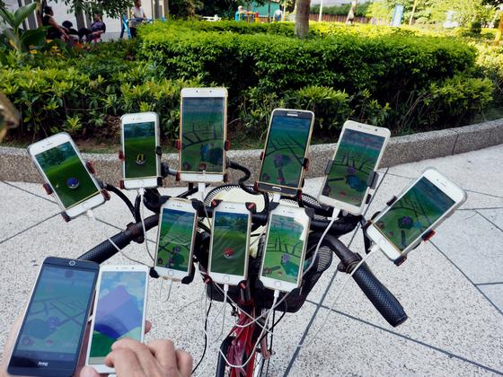 첸 산 위안이 지난해 8월 대만 신타이베이 시에서 자전거에 장착된 11개의 핸드폰을 보여주고 있다. [EPA=연합뉴스]
