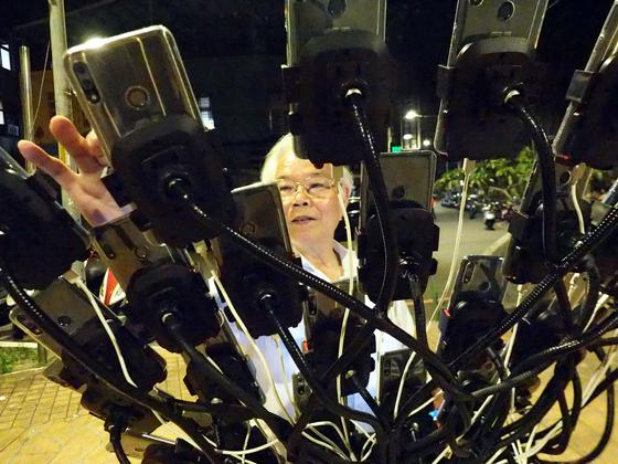 70살의 첸 산 위안이 지난 14일 대만 신타이베이 시에서 자전거에 장착된 핸드폰을 조작하고 있다. [EPA=연합뉴스]