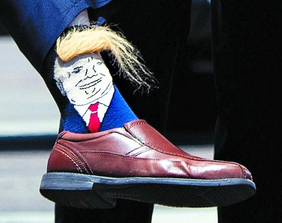 넝게서 미 애리조나주 부주지사가 신고 나온 트럼프 대통령 양말.[AFP=연합뉴스]
