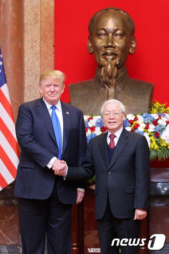 도널드 트럼프 미국 대통령이 27일(현지시간) 2차 북미정상회담을 앞두고 하노이 주석궁에서 응우옌 푸 쫑 베트남 국가주석과 만나 악수를 하고 있다. [뉴스1]