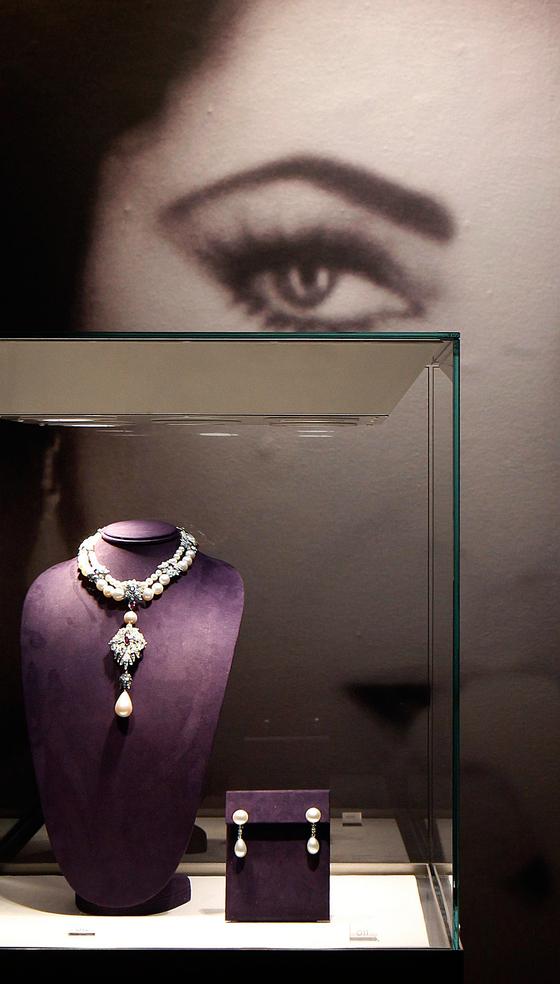 남편인 리처드 버턴이 1969년 소더비 경매에서 낙찰받아 발렌타인 데이에 엘리자베스 테일러에게 선물한 '라 페르그리나(La Peregrina)'로 알려진 진주목걸이. [중앙포토]