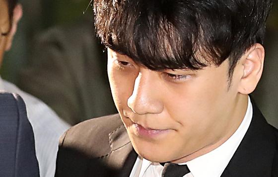 구속영장이 기각된 승리가 14일 오후 서울 중랑구 중랑경찰서를 나서고 있다. [뉴시스]