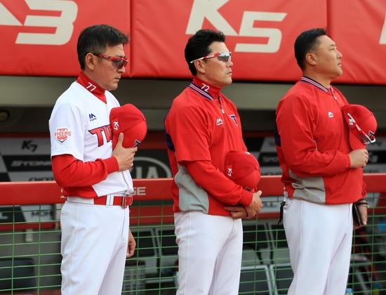김기태 감독이 자진사퇴 의사를 밝힌 16일 광주 KT전에 앞서 국기에 대한 경례를 하고 있다. 사진제공=KIA 타이거즈