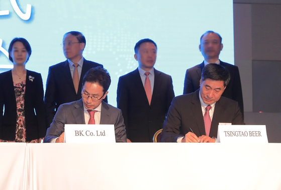 칭따오맥주유한공사 황커싱 회장(왼쪽)과 비어케이 이영석 대표가 지난 14일 서울 삼성동 인터콘티넨탈호텔에서 '상호 협력을 위한 업무 협약'에 서명하고 있다. [사진 비어케이]