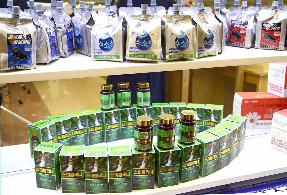 북한조선신보가 16일 공개한 공개한 평양 오일건강음료종합공장에서 만든 북한 음료수들. [조선신보=연합뉴스]