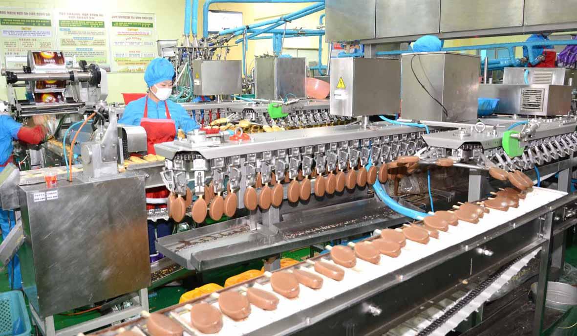 지난 4월 11일 북한 오일건강음료종합공장에서 아이스크림이 생산되고 있다. [조선신보=연합뉴스]
