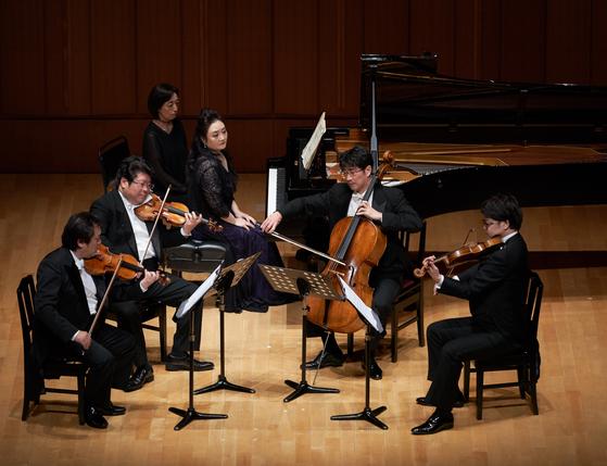 16일 밤 일본 도쿄의 하마리큐아사히홀에서 열린 '우정의 콘서트'에서 피아니스트 이경미가 쇼팽 피아노 협주곡 2번을 현악4중주와 협연하고 있다. [피아니스트 이경미 제공]