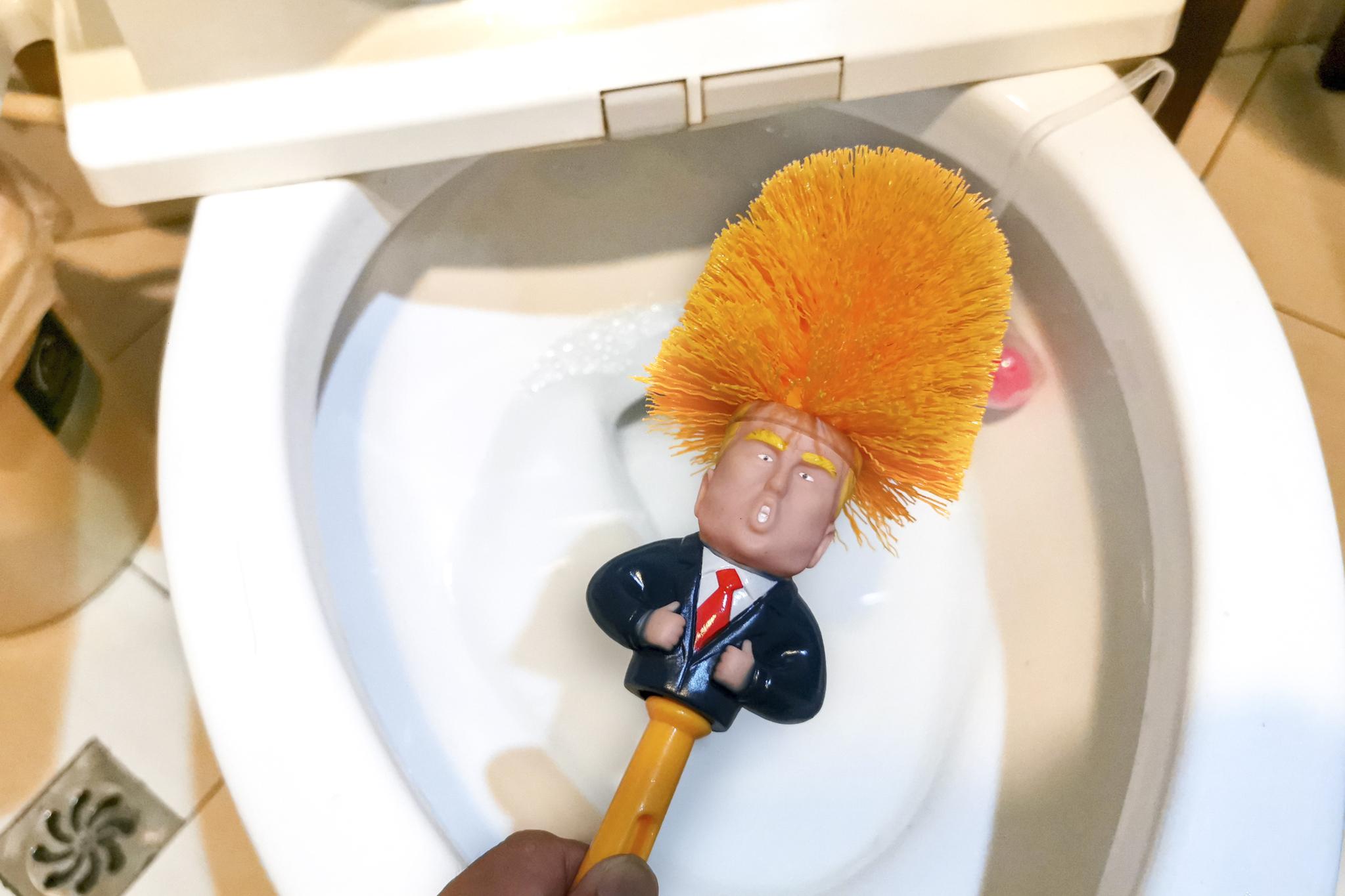 15(현지시간) 중국에서 도널드 트럼프 미국 대통령 화장실 청소솔이 온라인 쇼핑몰에서 인기를 끌고 있다. [AFP=연합뉴스]
