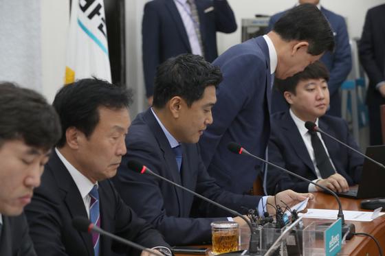 오신환 원내대표 발언 도중 주승용 최고위원이 자리를 박차고 회의실을 나가고 있다. 오종택 기자