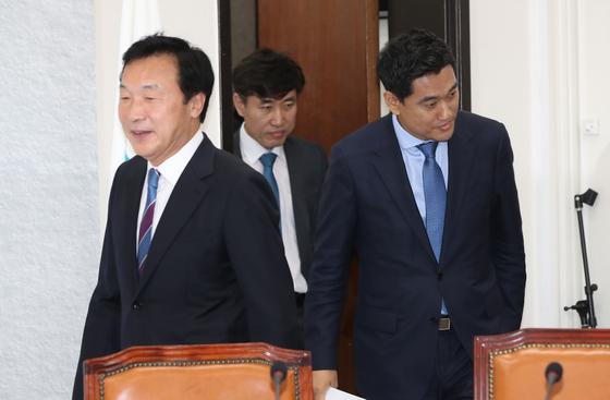 바른미래당 손학규 대표와 오신환 원내대표가 최고위원회의에 참석하고 있다. 가운데는 하태경 최고위원.. 오종택 기자