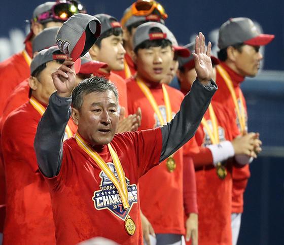 KIA 김기태 감독이 2017년 한국시리즈에서 우승한 뒤 메달을 목에 걸고 감격에 찬 표정으로 팬들에게 인사하고 있다. [연합뉴스]
