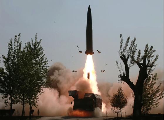 북한이 공개한 '단거리 미사일' 발사 장면   (서울=연합뉴스) 북한이 지난 9일 김정은 국무위원장의 지도 아래 조선인민군 전연(전방) 및 서부전선방어부대들의 화력타격훈련을 했다고 조선중앙TV가 보도했다. 사진은 중앙TV가 공개한 훈련 모습으로 단거리 미사일 추정체가 이동식 발사차량(TEL)에서 공중으로 치솟고 있다. 2019.5.10   [국내에서만 사용가능. 재배포 금지. For Use Only in the Republic of Korea. No Redistribution]   nkphoto@yna.co.kr (끝) <저작권자(c) 연합뉴스, 무단 전재-재배포 금지>