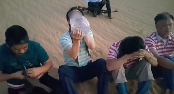 지난해 7월 리비아에서 한국인 1명(왼쪽 두번째)이 무장단체에 납치됐다. 사진은 리비아 매체가 공개한 동영상. [중앙포토]