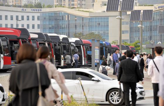 세종시 어진동 통근 버스 주차장에서 정부청사 직원들이 차에 오르고 있다. [프리랜서 김성태]
