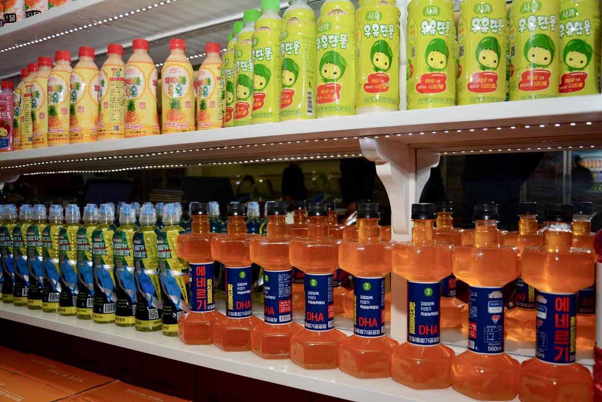 북한조선신보가 16일 공개한 공개한 평양 오일건강음료종합공장에서 만든 북한 음료수들. 오른쪽 아래부분에 아령모양의 에네르기 음료가 보인다. [조선신보=연합뉴스]