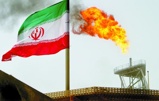 이란의 유전과 이란 국기. [로이터=연합뉴스]