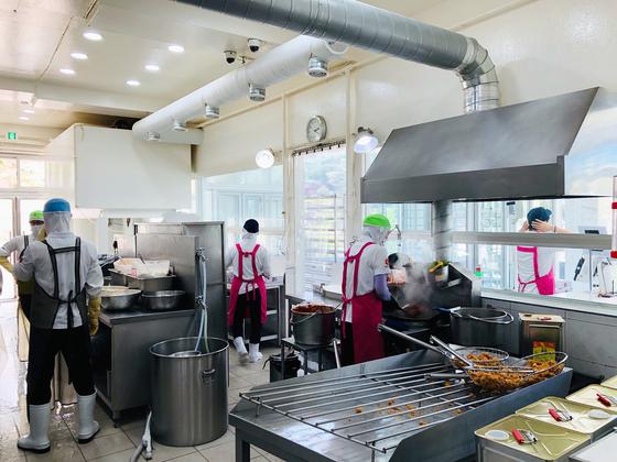 지난 15일 찾은 강원 속초시 만석닭강정(엑스포점) 주방 모습. 남궁민 기자