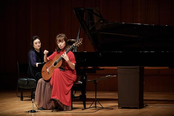 16일 밤 일본 도쿄의 하마리큐아사히홀에서 열린 '우정의 콘서트'에서 피아니스트 이경미와 일본의 기타리스트 무라지 가오리가 연주하고 있다. [피아니스트 이경미 제공]