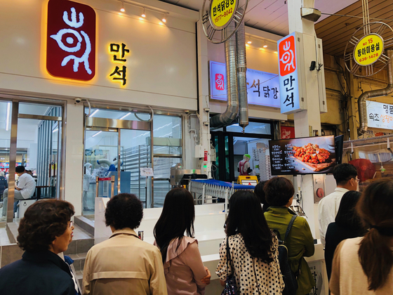 지난 15일 찾은 강원 속초시 만석닭강정(시장1호점). 닭강정을 사려는 고객들이 줄지어 서있다. 남궁민 기자