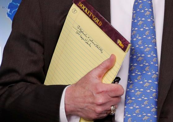 존 볼턴 백악관 국가안보보좌관이 지난 1월 베네수엘라에 대한 신규 제재를 발표하는 브리핑에 '병력 5000을 콜롬비아로'라고 적힌 메모장을 들고 있는 모습이 포착됐다. [로이터=연합뉴스]