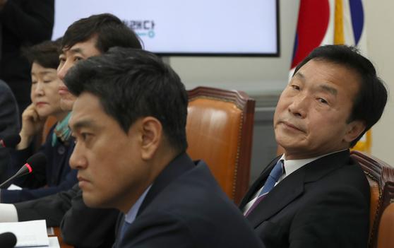 손학규 대표가 이준석 최고위원의 발언을 듣고 있다. 오종택 기자