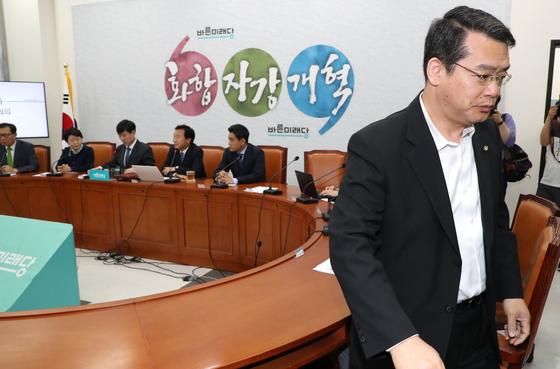 최고위원이 아닌 임재훈 의원(오른쪽)이 참석해 있자 하태경 최고위원이 나가줄 것을 요청, 임 의원이 일어나고 있다. [연합뉴스]