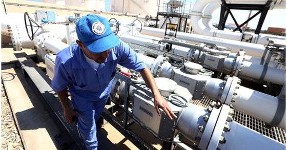 리바아에서 한 석유업체 직원이 송유관을 살펴 보고 있다. [AFP=연합뉴스]
