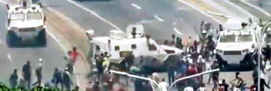 베네수엘라 정부군 장갑차가 4월 30일 반정부 시위대를 향해 돌진하고 있다. [CNN 캡쳐]