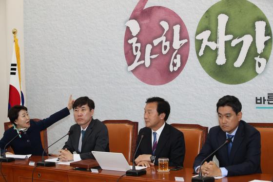 권은희 최고위원이 '화합, 자강, 개혁'이라고 쓴 현수막을 지적하며 손학규 대표의 용퇴를 촉구하고 있다. 오종택 기자