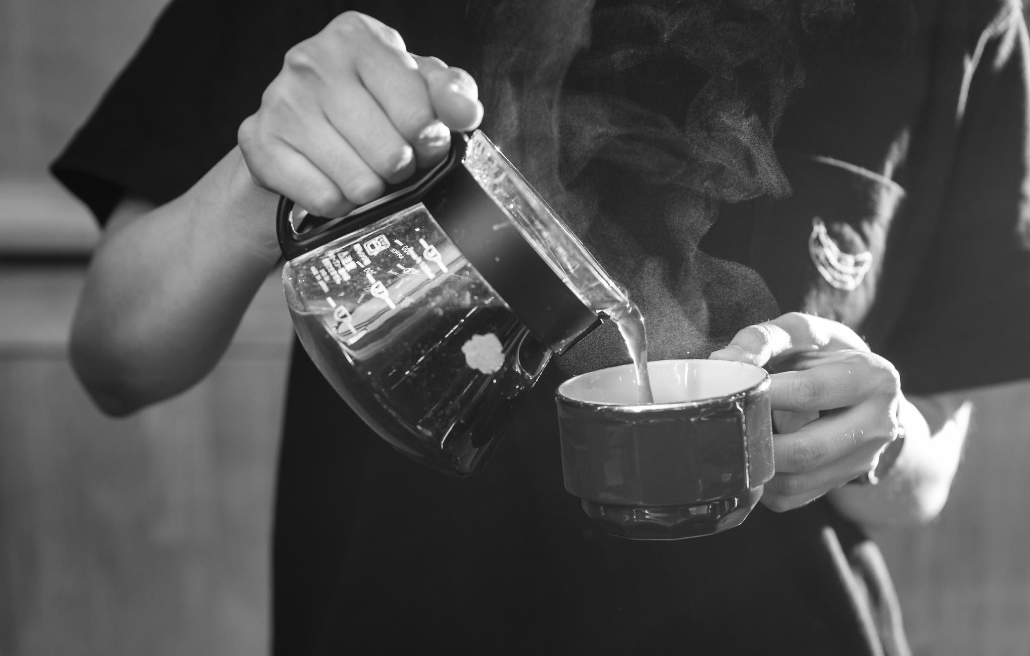 한 잔의 커피를 따르는 일, 그녀에겐 에너지를 더하는 일이다.