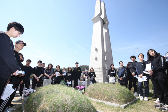 5ㆍ18 광주민주화운동 39주년 기념식을 하루 앞둔 17일 학생들이 광주 북구 운정동 국립5ㆍ18민주묘지에서 참배하고 있다. 프리랜서 장정필