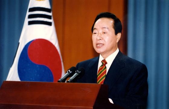 1993년 김영삼 대통령이 청와대에서 금융실명제에 관한 특별 담화문을 발표하고 있다. [중앙포토]