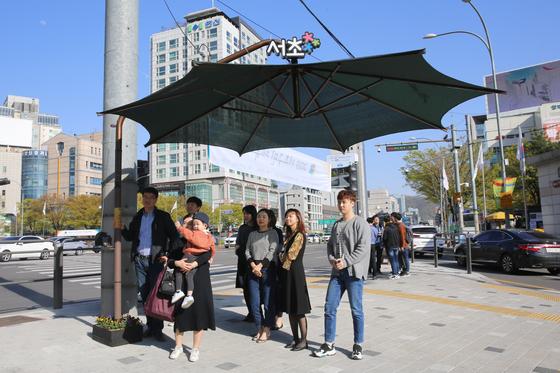 서울 서초구에 설치된 그늘막. 전국에 5600여개 설치된 그늘막에 대해 정부가 처음으로 실치와 관리 지침을 내렸다.[사진 서초구청]