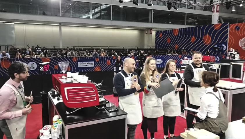 2019년 4월 15일(한국 시각),미국 보스턴에서 개최된 월드 바리스타 챔피언십(World Barista Championship) 결승에서 전주연씨가 심사위원을 앞에두고 테이블에 앉아 설명을 하고 있다. 사진/ COFFEE TV 화면 캡쳐