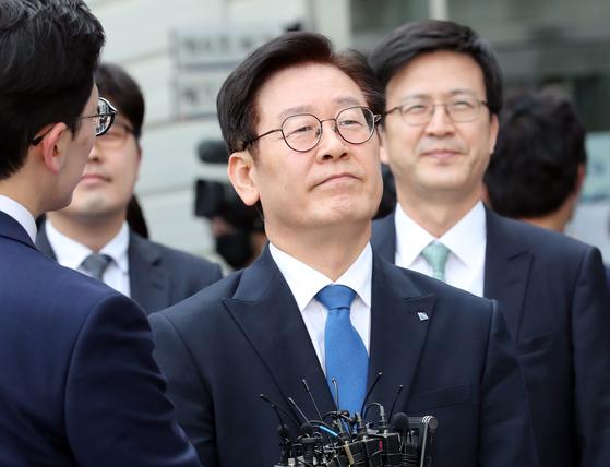 이재명 경기지사가 16일 수원지법 성남지원에서 1심 무죄 선고를 받고 법원을 떠나고 있다. 최정동 기자
