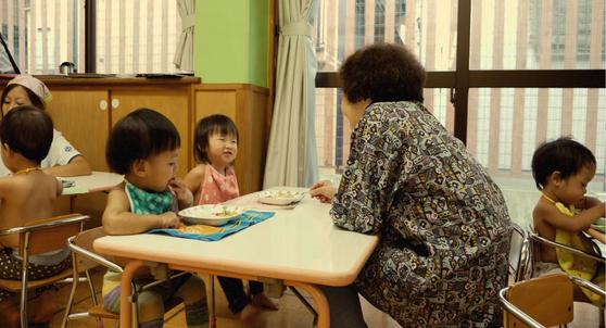 일본의 고토엔에 거주하는 노인들은 아이들을 돌보고 가르치는 역할을 한다. 우리보다 고령화가 먼저 진행된 나라들은 이렇듯 세대통합을 위해 시니어 비즈니스를 변화시키고 있다. [사진 AARP International The Journal 영상 캡처]