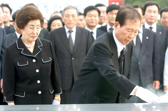 김대중 전 대통령 내외가 5일 5·18 묘역에서 분향하고 있다. [중앙포토]