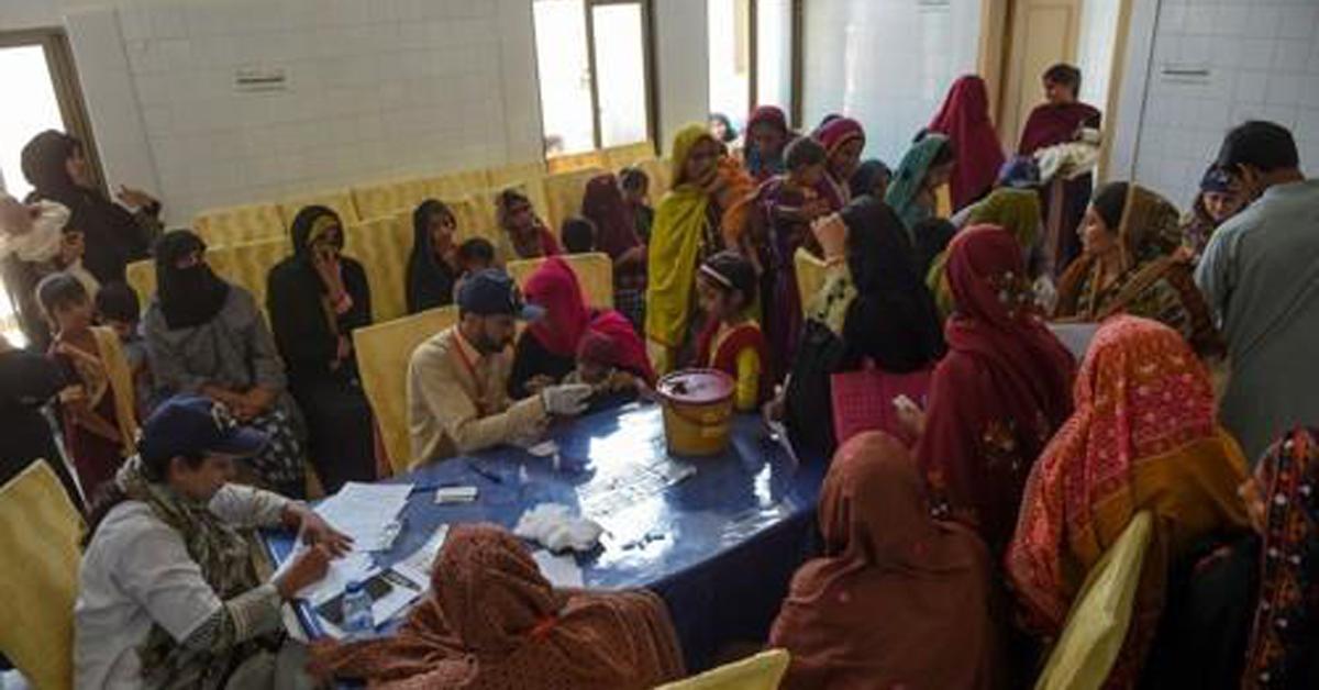 2019년 5월 9일 파키스탄 남부 신드주 라르카나시의 한 병원에서 HIV 감염 여부를 알아보기 위해 혈액 검사를 하는 어린이들. [AFP=연합뉴스]
