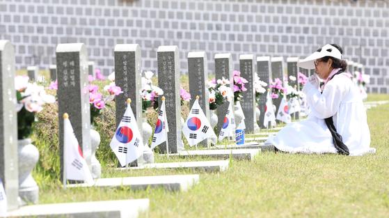 5ㆍ18광주민주화운동 39주년 기념식을 하루 앞둔 17일 광주 북구 운정동 국립5ㆍ18민주묘지 에서 유족이 참배하고 있다. 프리랜서 장정필