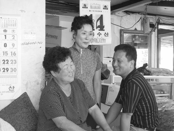 진양횟집을 일군 어머니 이정해(맨 왼쪽)씨와 남매.[사진 엄경선]
