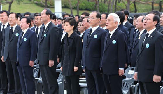 박근혜 대통령이 2013년 5월 18일 제33주년 5ㆍ18 민주화운동 기념식에서 애국가를 부르고 있다.[ 청와대사진기자단]