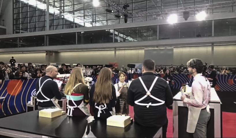 2019년 4월 15일(한국시각),미국 보스턴에서 개최된 월드 바리스타 챔피언십(World Barista Championship) 결승에서 전주연씨가 심사위원을 테이블에 앉게한 후 설명을 하고 있다. 사진/ COFFEE TV 화면 캡쳐