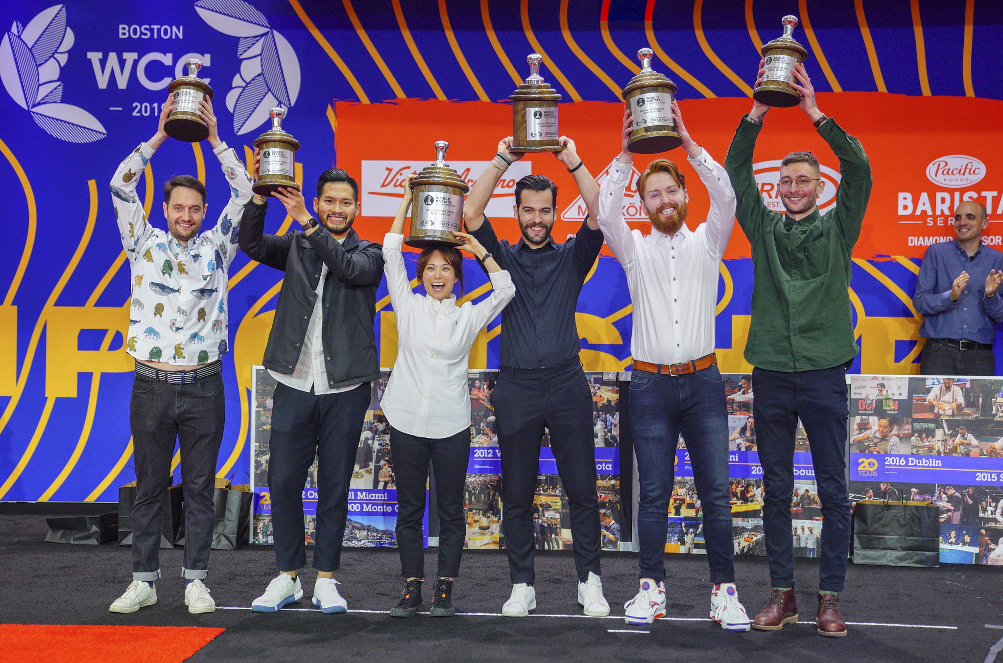 월드 바리스타 챔피언십(World Barista Championship) 결승에서 우승한 전주연씨가 트로피를 들고 환호하고 있다.사진 /전주연씨 제공