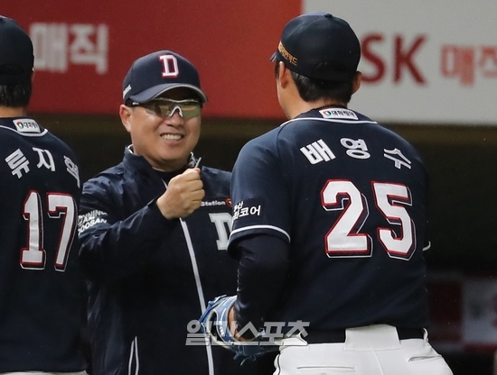 두산 김태형 감독이 18일 인천 SK전 종료 뒤 승리투수 배영수를 반기며 환하게 웃고 있다. 인천=정시종 기자