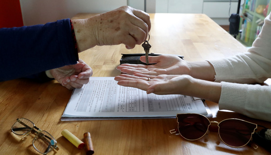 부부계약 취소권이 2012년 폐지돼 제대로 쓴 부부간의 각서도 일반 계약처럼 효력이 생겼다. 단 지나치게 불공정하거나 사회질서에 위반하면 여전히 종이조각에 불과하다. [중앙포토]