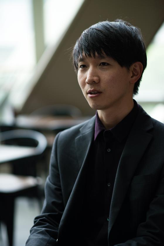 23일 개봉하는 5.18 다큐 '김군'으로 장편 데뷔한 강상우 감독을 개봉 전 만났다. [사진 영화사 풀]